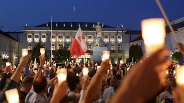 Łańcuch światła pod Pałacem Prezydenckim. Warszawiacy protestują przeciw ustawom ograniczającym niezależność sądownictwa