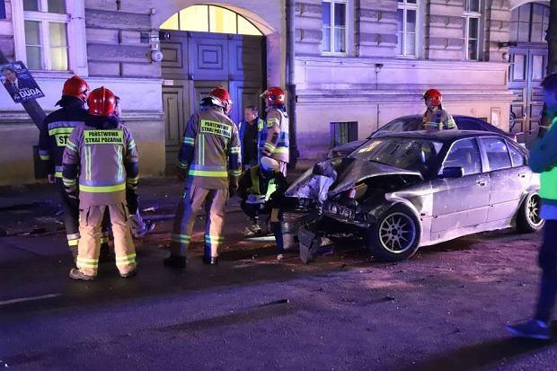 Wypadek w Opolu. Kierowca BMW uderzył w latarnię, która wpadła do mieszkania na piętrze