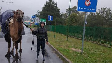 Edmee i jej wielbłądzica są już w Polsce, granicę przekroczyli w Przewozie.