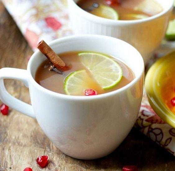 Herbata z sokiem z limonki jest zdrowa i pyszna.