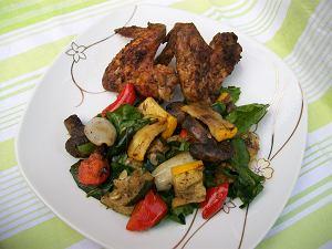 Grillowane skrzydełka z sałatką z grillowanych warzyw