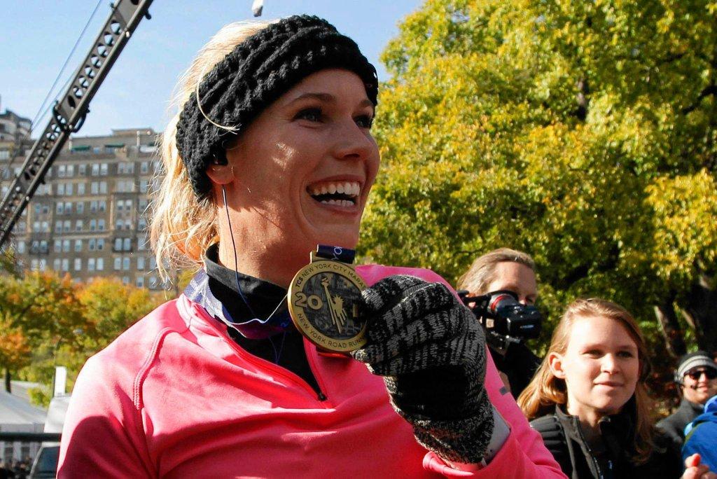 Szczęśliwa Karolina Woźniacka pozuje z medalem za ukończenie nowojorskiego maratonu