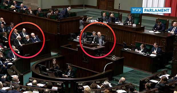 Jarosław przekonuje prezesa PiS, by zastopował ustawę, a na mównicy wiceminister Marek Chodkiewicz przekonuje, że ustawa powinna wejść w życie