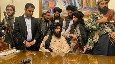 Talibowie za biurkiem byłego prezydenta Afganistanu. Mężczyzna w marynarce to jeden z ochroniarzy byłego prezydenta