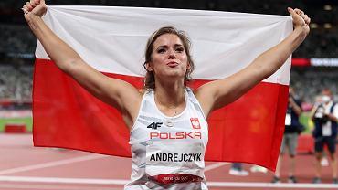 Maria Andrejczyk po zdobyciu srebrnego medalu w rzucie oszczepem na Igrzyskach Olimpijskich w Tokio