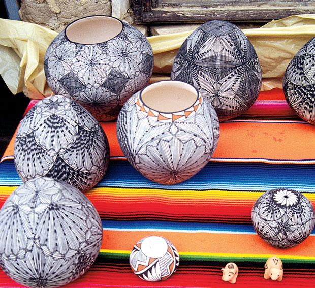 Podróże: samochodem przez Dziki Zachód, samochody, ameryka północna, podróże, Ceramika Indian z plemienia Zuni w charakterystycznych wzorach black&white