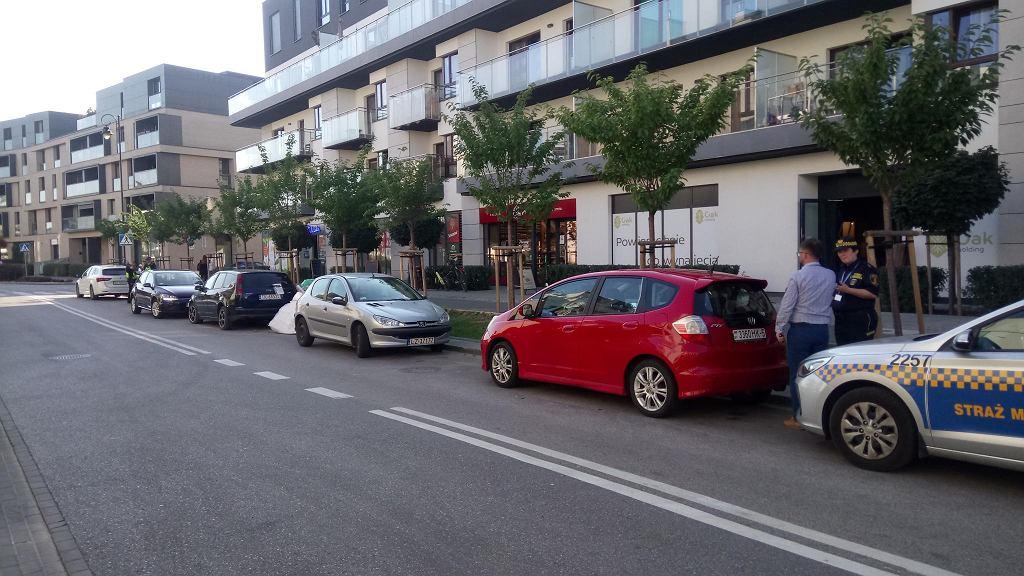 Wraz z oddaniem do użytku nowego wjazdu do Miasteczka Wilanów straż miejska zaczęła wlepiać mandaty za parkowanie na jezdni ul. Sarmackiej. Przez ostatnie lata, gdy ulica kończyła się ślepo, takie parkowanie nie było karane.
