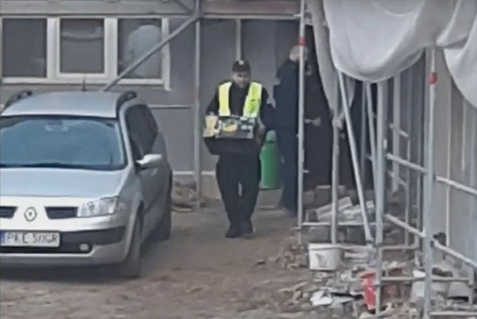 Policjanci w mundurach pomagali w przeprowadzce / Fot. radiosud.pl