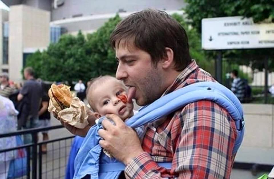 Niektórzy ludzie prawdopodobnie nie nadają się do tego, żeby mieć dzieci, a ich metody wychowawcze jeżą włos na głowie. Zobaczcie galerię zdjęć najgorszych ojców świata. A, i nie zapomnijcie złożyć dziś życzeń swoim, w końcu dziś Dzień Ojca