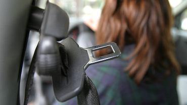 Zapinanie pasów bezpieczeństwa może uratować życie. Pomaga też w ewentualnym zdobyciu odszkodowania. Zdjęcie ilustracyjne