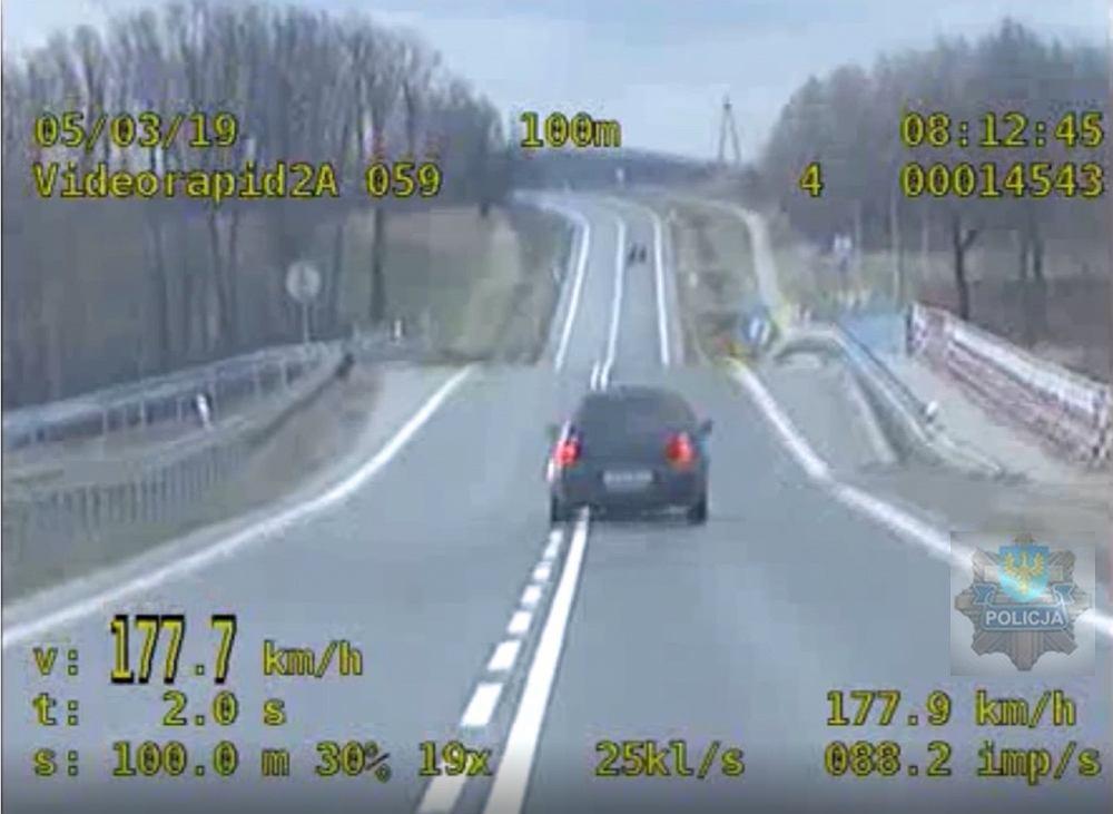 Kadr z nagrania policyjnego pościgu w Prudniku