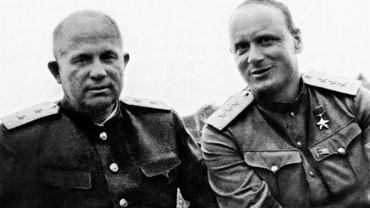 Iwan Sierow (z prawej) sfotografowany w 1945 r. z Nikitą Chruszczowem, późniejszym przywódcą Związku Radzieckiego. To właśnie Sierow, wówczas jeden z zastępców szefa NKWD Ławrientija Berii, nadzorował wywózkę Tatarów z Krymu. Po śmierci Stalina awansował i dopiero w latach 60. odebrano mu niektóre ordery i zdegradowano o stopień. Żył spokojnie na emeryturze, a zmarł w 1990 r., tuż przed rozpadem ZSRR.