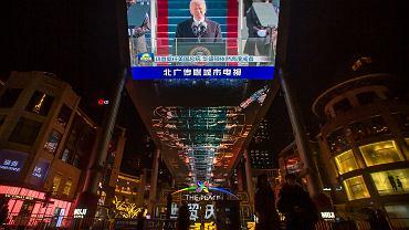 Joe Biden, prezydent USA, transmisja uroczystości zaprzysiężenia oglądana w centrum handlowym w Pekinie.