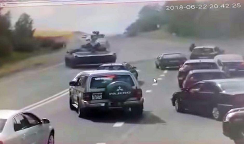Bojowy wóz piechoty w drifcie niedaleko Grodna