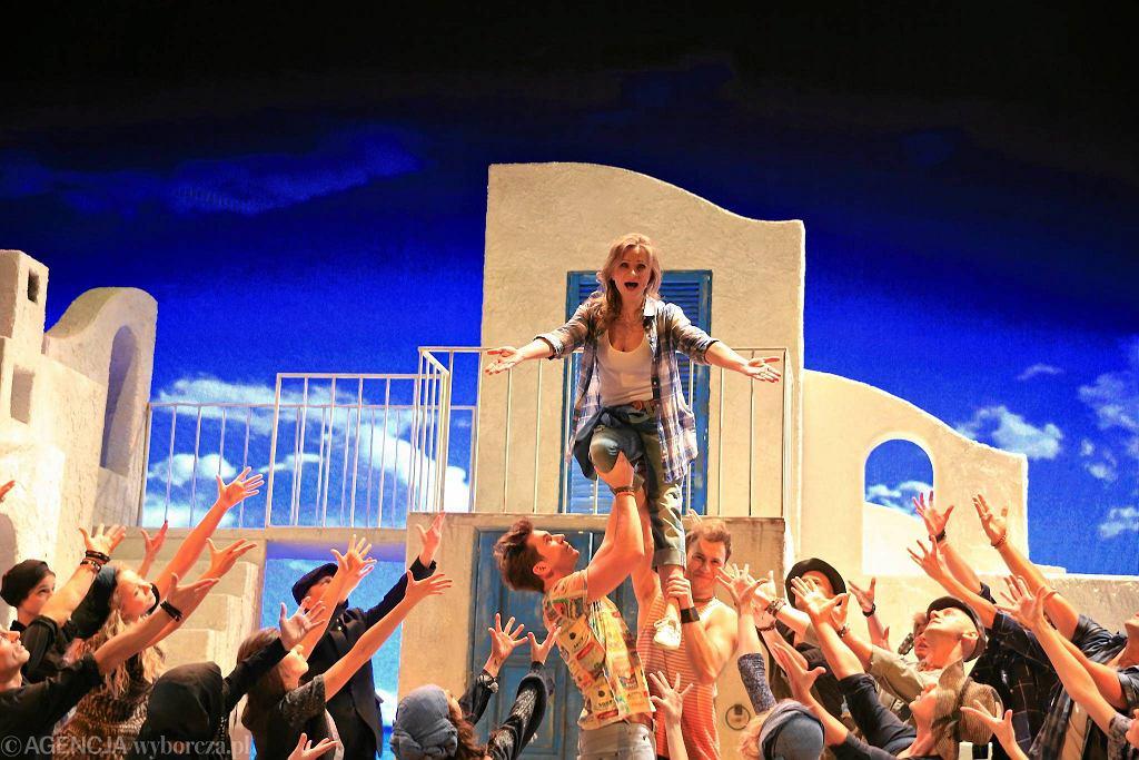 / Teatr Roma. Spektakl Mamma Mia . W srodku Anna Sroka - Hryn ( Donna ).Fot.Jacek Marczewski / Agencja Gazeta