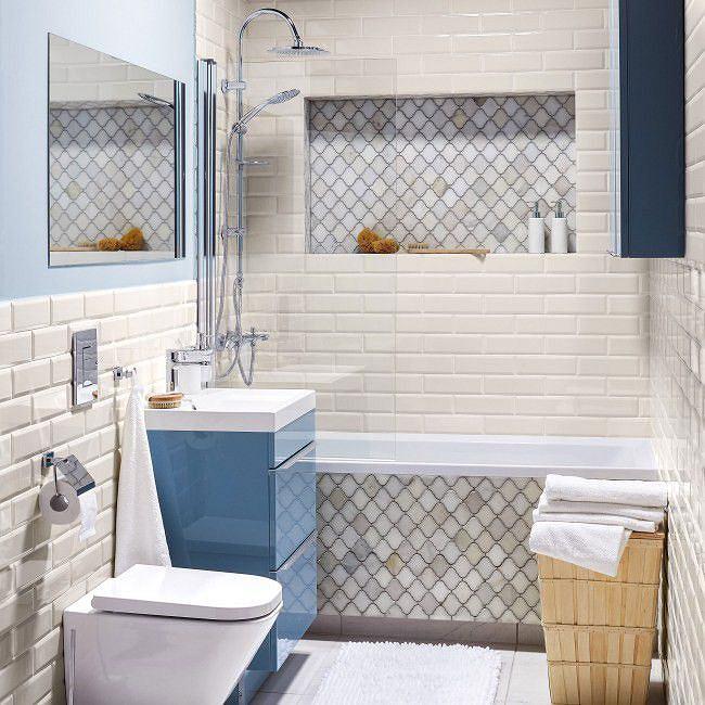 Aranżacja jasnej łazienki z wanną z prysznicem