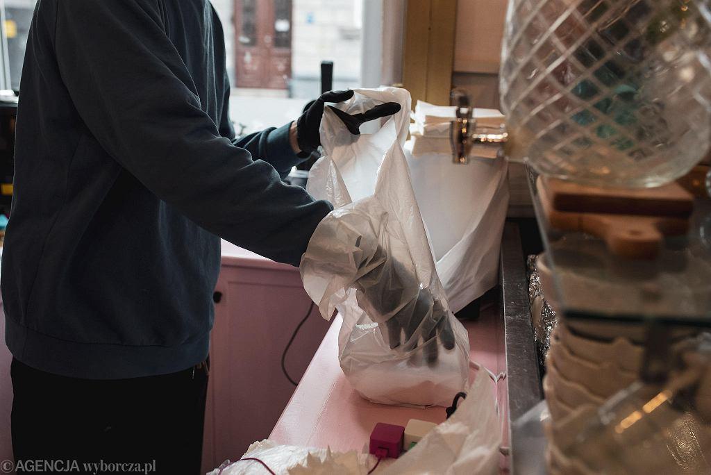 Jak bezpiecznie pakować dania na wynos? Jak je przewozić i odbierać z zachowaniem zasad higieny?