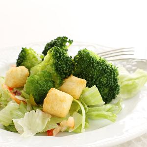 Te sałatki zrobisz w niecałe 15 minut. Sałatka z brokułami i grzankami