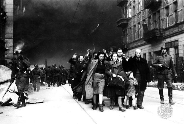 Maj 1943 r., Żydzi opuszczają warszawskie getto po stłumieniu powstania przez niemieckie oddziały Jürgena Stroopa