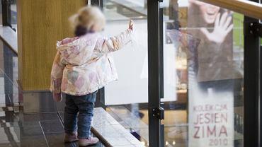 Dziecko w centrum handlowym (zdjęcie ilustracyjne)