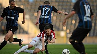 Piłkarze Zawiszy (niebiesko-czarne stroje) w sobotę zmierzą się z Kolejarzem Stróże
