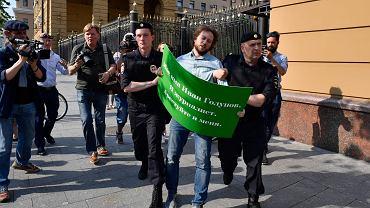Policjanci zatrzymują uczestnika pikiety w obronie Iwana Gołunowa przed siedzibą moskiewskiego MSW, 7 czerwca 2019 r.