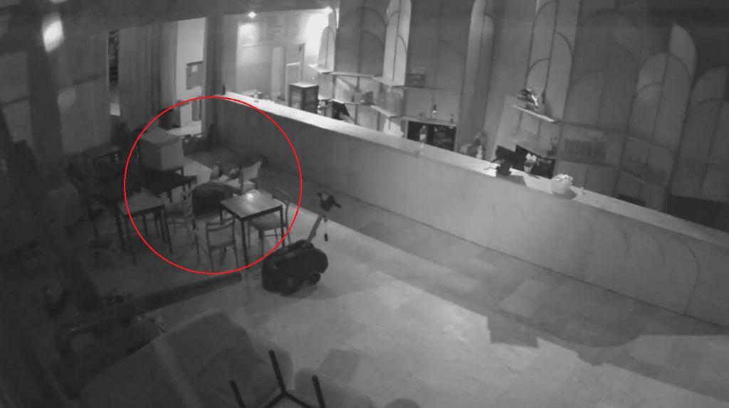 Warszawa. Złodzieje na widok policjantów położyli się na podłodze. Udawali, że śpią