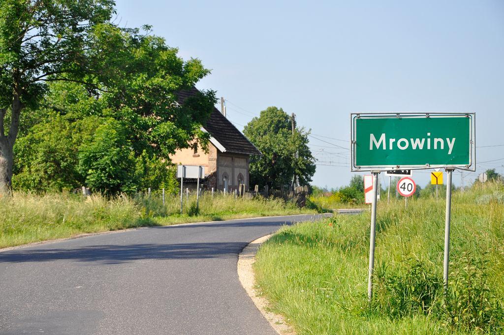 Mrowiny. Droga wjazdowa do miejscowości Mrowiny