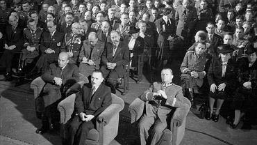 Warszawa, 10 października 1946 r., zjazd żołnierzy i weteranów Dywizji Kościuszkowskiej. Na pierwszym planie prezydent Krajowej Rady Narodowej Bolesław Bierut, tuż za nim po lewej pierwszy sekretarz KC PPR Władysław Gomułka