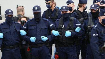 Pandemia koronawirusa. Policjanci podczas 'Strajku Przedsiębiorców'. Warszawa, Plac Defilad, 23 maja 2020