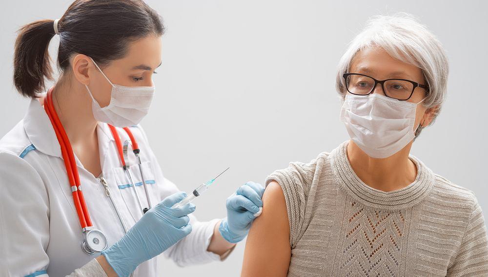 Opóźnienie drugiej szczepionki Pfizera do 12 tygodni znacznie zwiększa odporność u starszych