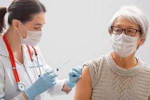 Opóźnienie drugiej dawki szczepionki Pfizera do 12 tygodni znacznie zwiększa odporność u starszych osób