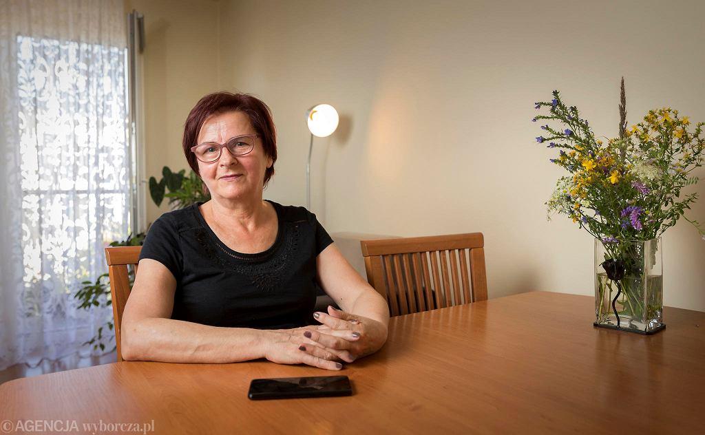 Pani Janina Piwowarczyk z Katowic w czasie pandemii koronawirusa pomaga innym, prowadząc telefon wsparcia