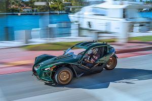 Polaris Slingshot Grand Touring LE. Dach jest w nim luksusem, ale jazda dalej wymaga kasku