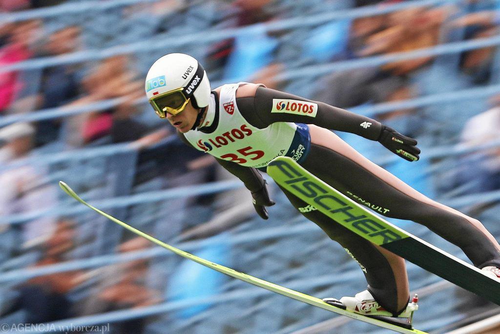 Po sobotnim konkursie drużynowym Letniego Grand Prix w Zakopanem na najwyższym stopniu podium stanęli Japończycy, a Polacy zajęli drugie miejsce. W niedzielę na Wielkiej Krokwi najdalej skakali już biało-czerwoni. Konkurs indywidualny wygrał Kamil Stoch, tuż za nim był Dawid Kubacki.