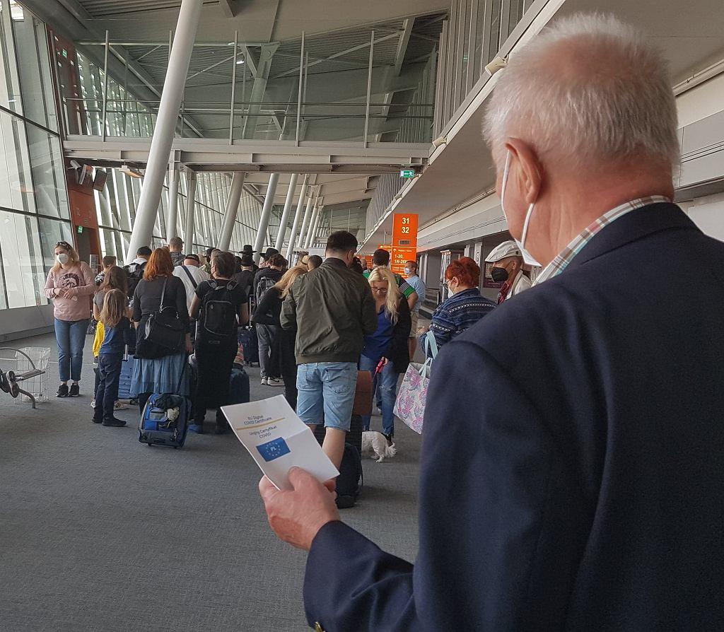 Nikt na żadnym etapie nie podważył paszportu covidowego - od służb granicznych na Okęciu, poprzez austriackie