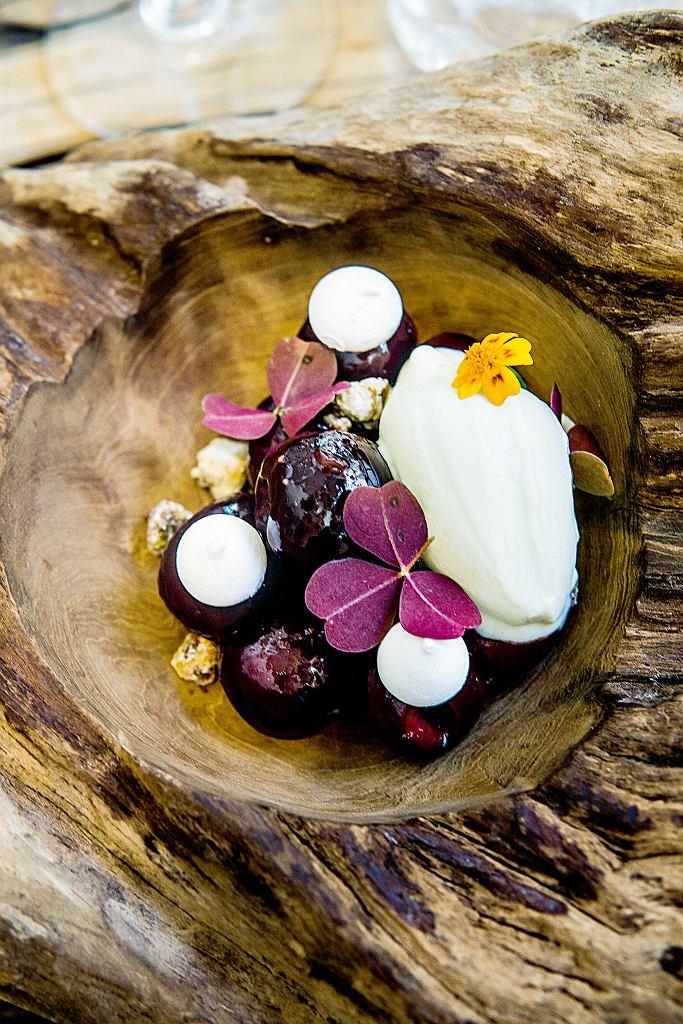 Garopapilles. Wiśnie gotowane w syropie na bazie bordeaux, pistacje i lody estragonowe