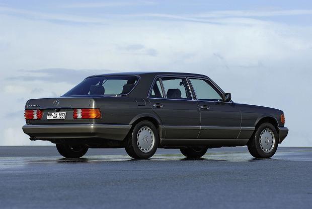Nowością w W126 było prawe, dostępne w opcji regulowane elektrycznie lusterko