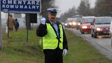 Policjant kieruje ruchem w Dzień Wszystkich Świętych