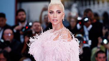 Lady Gaga w platynowych włosach