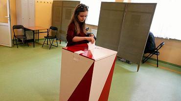Wybory prezydenckie 2015. Głosowanie w jednym z lokali wyborczych w Kielcach