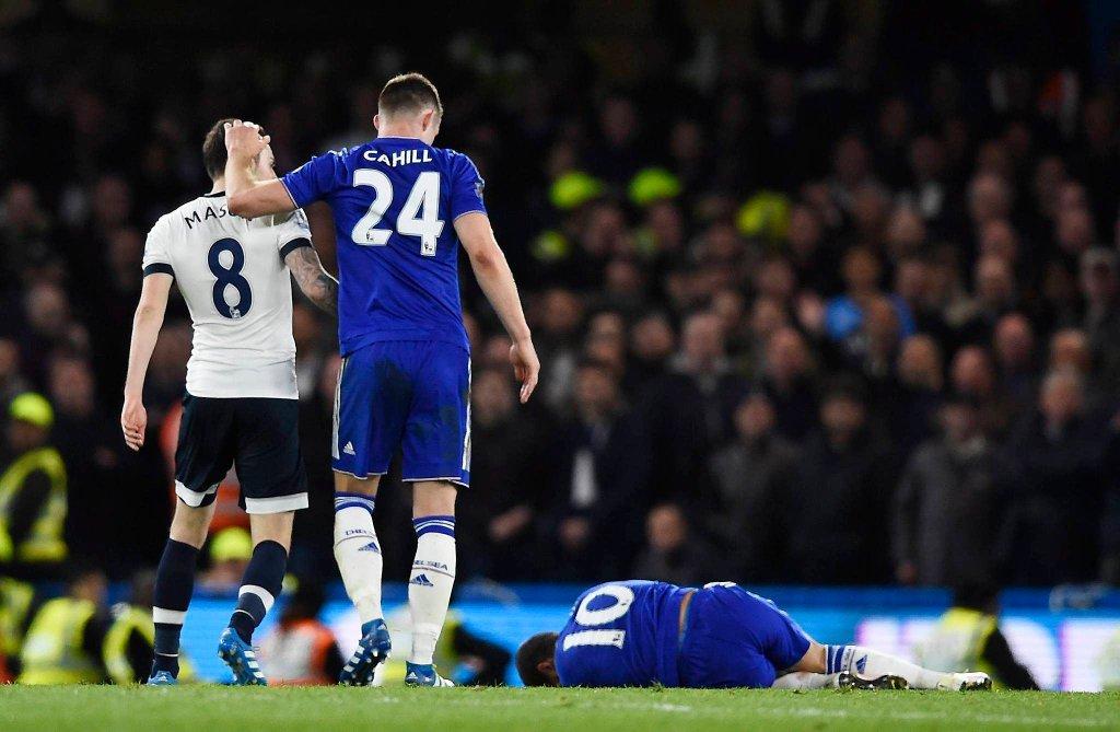 Chelsea - Tottenham 2:2. Ryan Mason i Gary Cahill, obok leży Eden Hazard