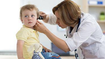 Zatkane ucho u dziecka może świadczyć o infekcji. Zdjęcie ilustracyjne
