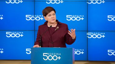 Minister Elżbieta Rafalska i premier Beata Szydło podczas konferencji z 2016 roku poświęconej 500 Plus