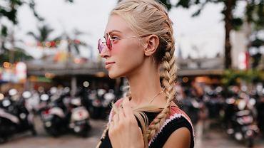 Warkocze wyglądają świetnie szczególnie na jasnych włosach