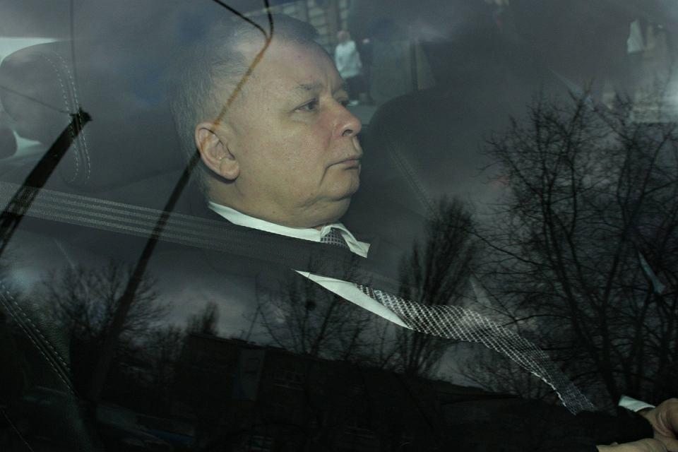 Były premier Jarosław Kaczyński w limuzynie. Wiozą go na przesłuchanie ws. niesławnej akcji CBA w domu Barbary Blidy. Łódź, 8 lutego 2008