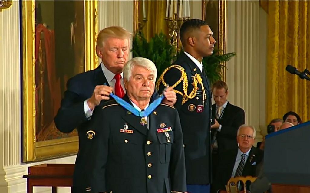 Donald Trump wręcza Jamesowi McCloughanowi Medal Honoru