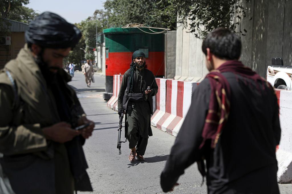 Uzbrojeni Talibowie na ulicach Kabulu. Afganistan, 16 sierpnia 2021