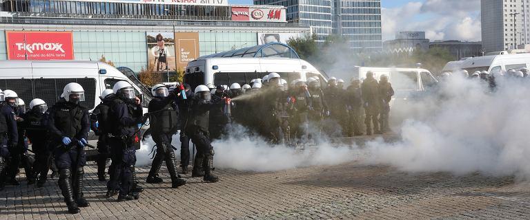 Policja nie mogła rozgonić przeciwników obostrzeń. Ponad 120 zatrzymanych