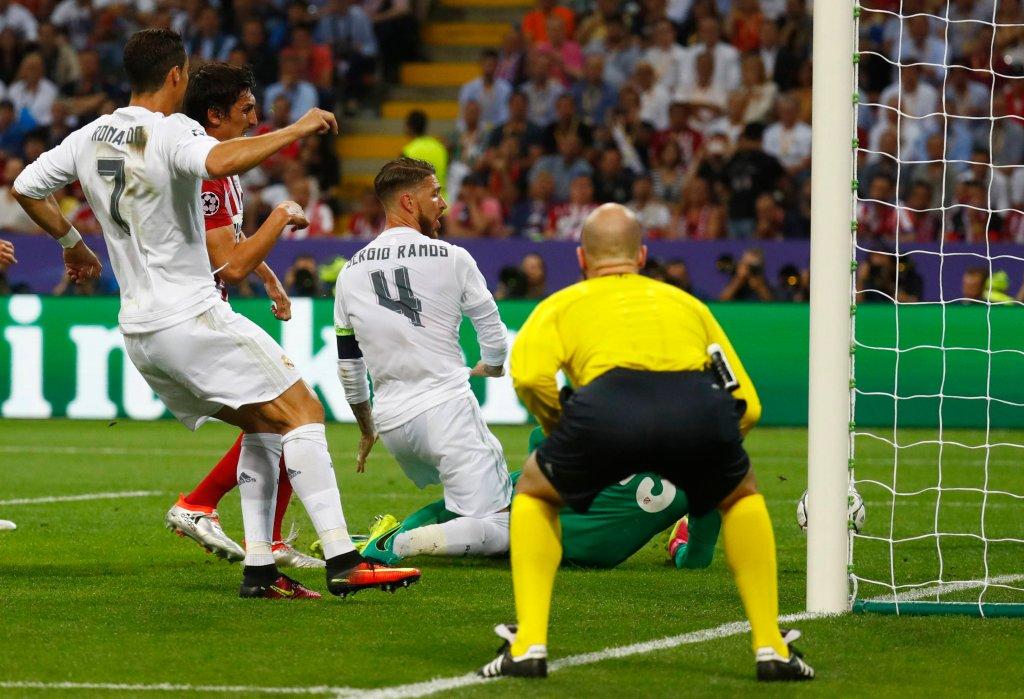 Sergio Ramos zdobywa gola dla Realu Madryt w finale Ligi Mistrzów z Atletico Madryt